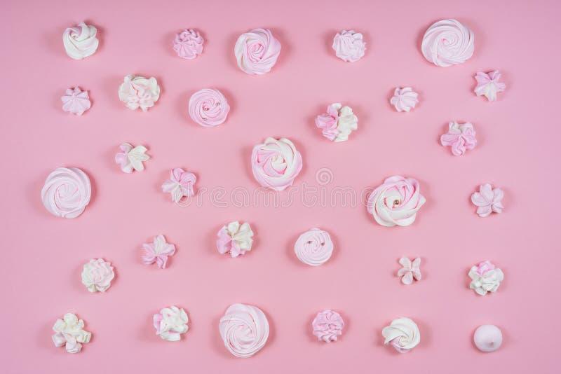 Różowej bezy Urodzinowego torta wzoru Słodki mieszkanie Lay fotografia stock