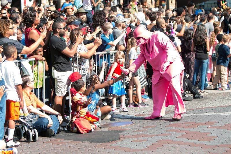 Różowi Darth Vader antrakty Z Atlanta smoka przeciwu parady widzami zdjęcie royalty free