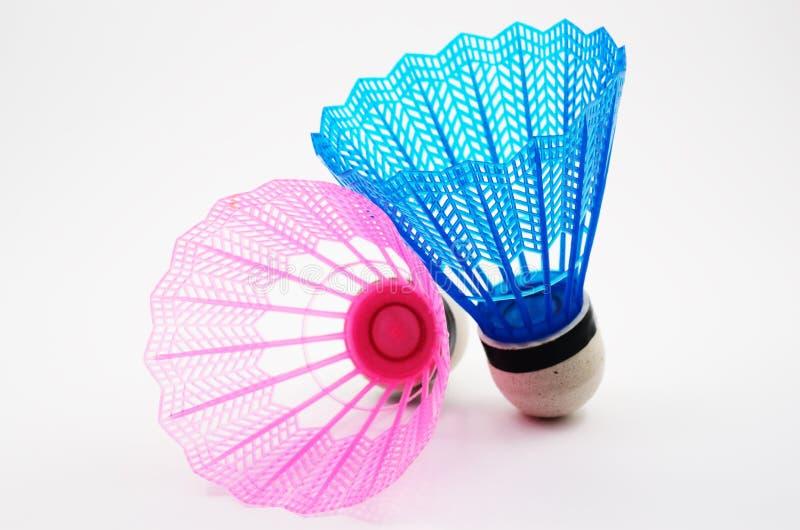 Różowi i błękitni badminton shuttlecocks na bielu zdjęcie stock