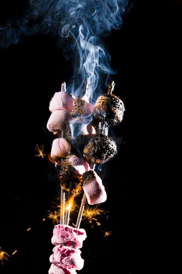 Różowi Marshmallows na ogieniu obraz stock