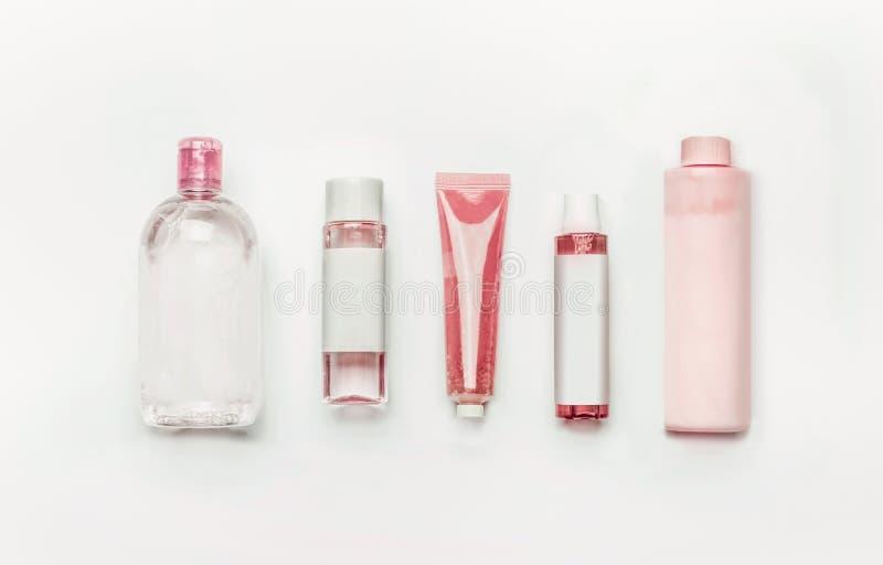 Różowi naturalni kosmetyczni produkty: gel, płukanka, serum, micelarna woda, toner, butelki i tubki z oznakować egzamin próbnego  zdjęcia stock