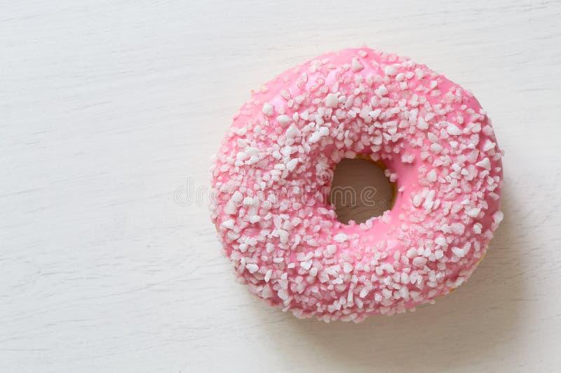 Różowi oszroniejącego pączek kropiącego z krystalicznym cukierem odizolowywającym na biel malującej desce z góry Przestrze? dla t zdjęcie stock