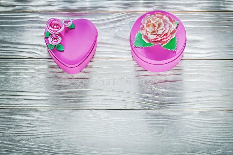 Różowi prezentów pudełka na drewno deski odgórnego widoku świętowań pojęciu obraz royalty free