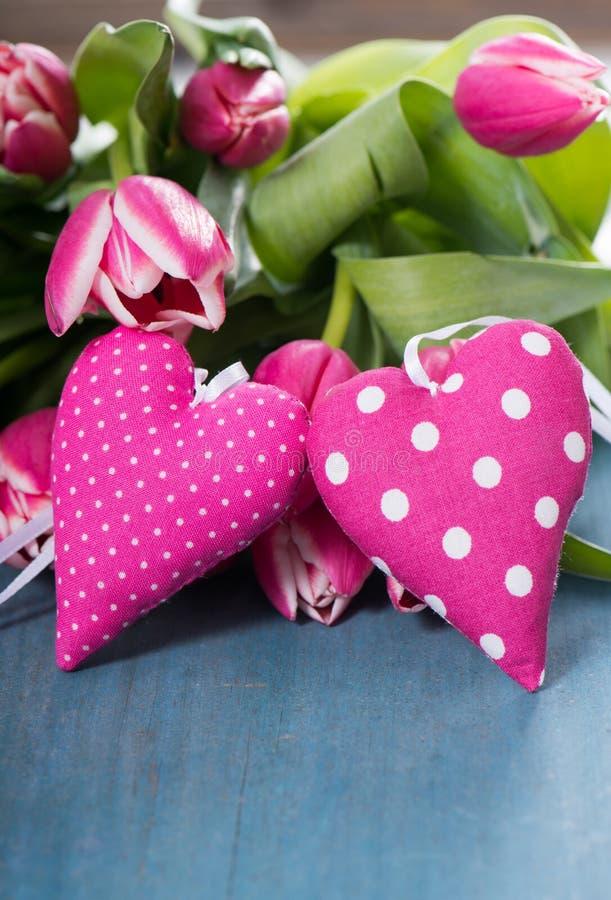 Różowi serca z tulipanami obrazy stock