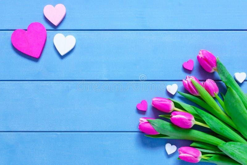 Różowi tulipanów kwiaty, serca na błękitnym drewnianym stole dla Marzec 8, Międzynarodowego kobieta dnia, urodziny, walentynka dn fotografia royalty free