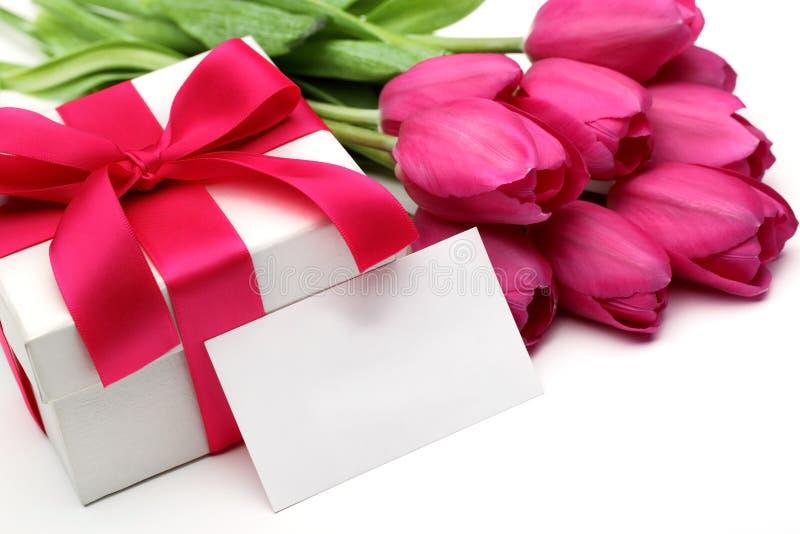 Różowi tulipany, pusta karta i prezenta pudełko, zdjęcia stock