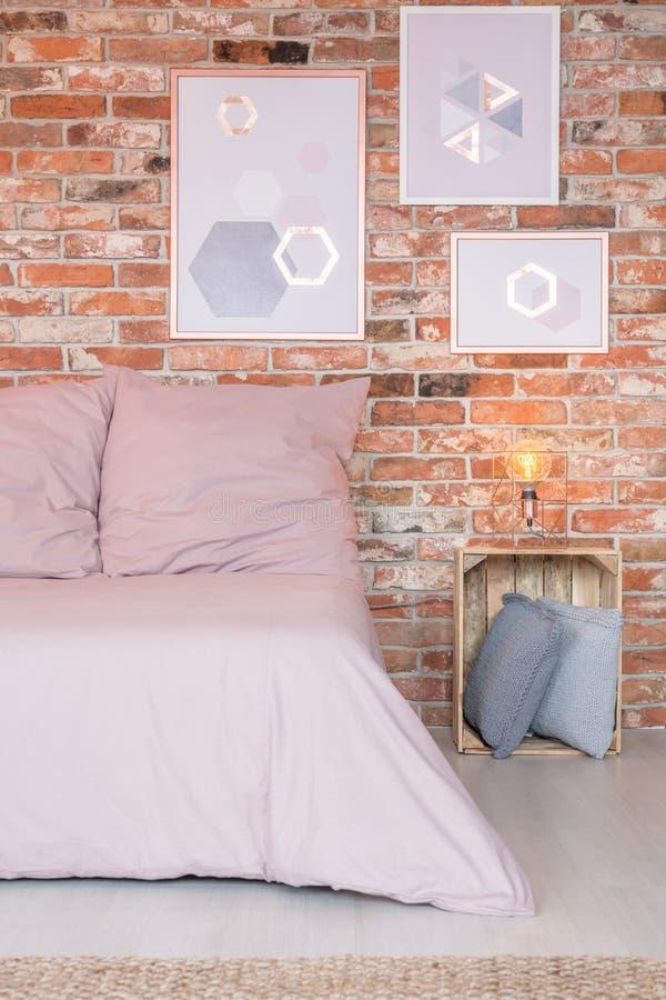 Różowy łóżko w sypialni obrazy stock