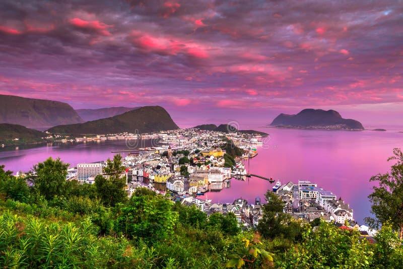 Różowy świt w Alesund piękny miasteczko w zachodnim wybrzeżu Norwegia obraz stock