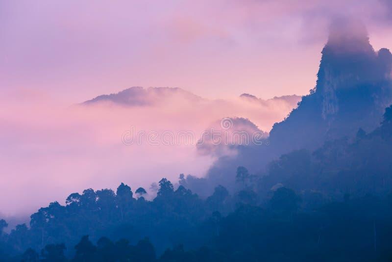 Różowy świt w egzotycznych górach Azja Świt na jeziorze w Tajlandia Dżungla zakrywa halnych szczyty zdjęcia royalty free