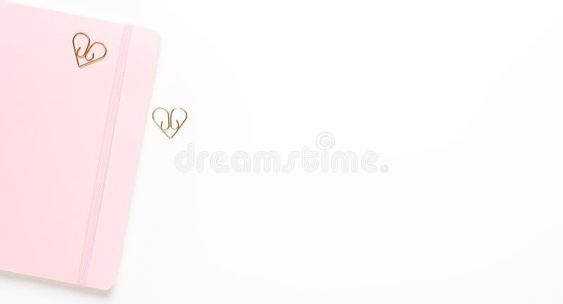 Różowy żeński notatnik z złotymi klamerkami gwiazdy na białym tle Odbitkowa przestrze?, odg?rny widok, mieszkanie nieatutowy obraz stock
