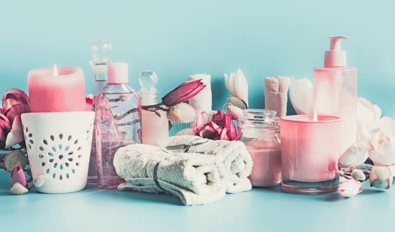 Różowy biały zdroju położenie z ręcznikami, kwiaty, świeczki i ciało, dbamy kosmetyki przy bławym tłem, sztandar tła piękna błęki zdjęcia royalty free