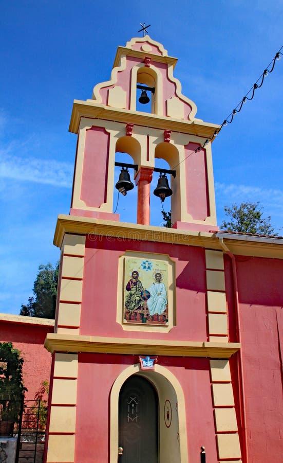 Różowy dzwonkowy wierza kościół na Greckiej wyspie Corfu zdjęcie stock
