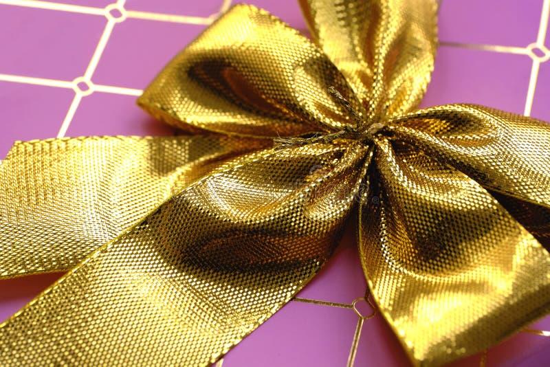 Różowy giftbox z złotymi faborkami zdjęcia royalty free