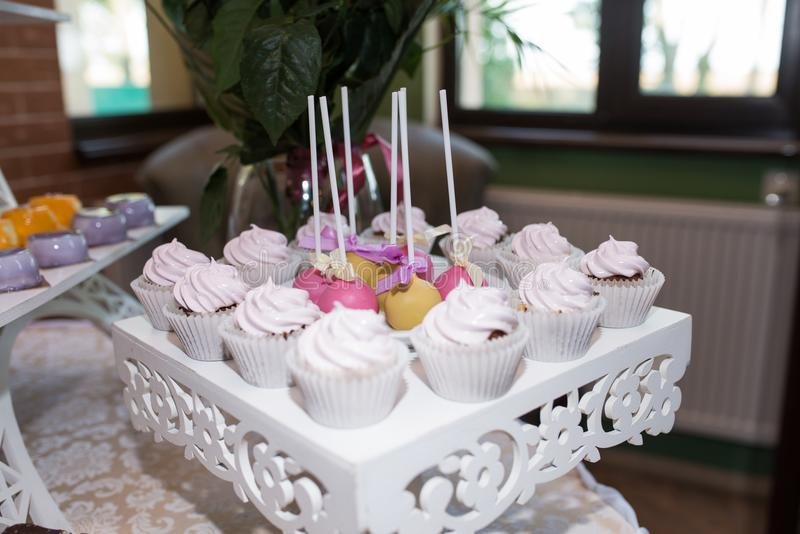 Różowy i żółty słodki round cukierek na Stół z smakowitymi cukierkami przygotowywającymi dla przyjęcia Słodki wakacje zdjęcie royalty free