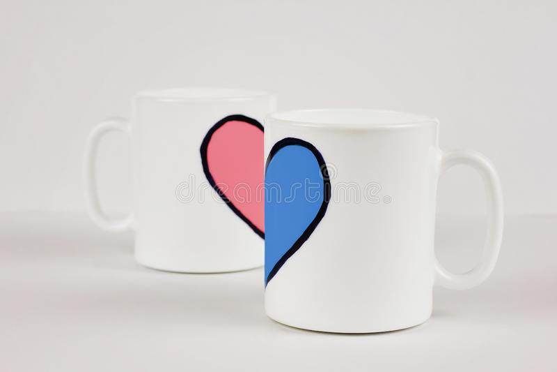Różowy i błękitny kierowy i dwa filiżanki na białym tle Walentynka dzień, miłość, para, ślubny pojęcie zdjęcie stock