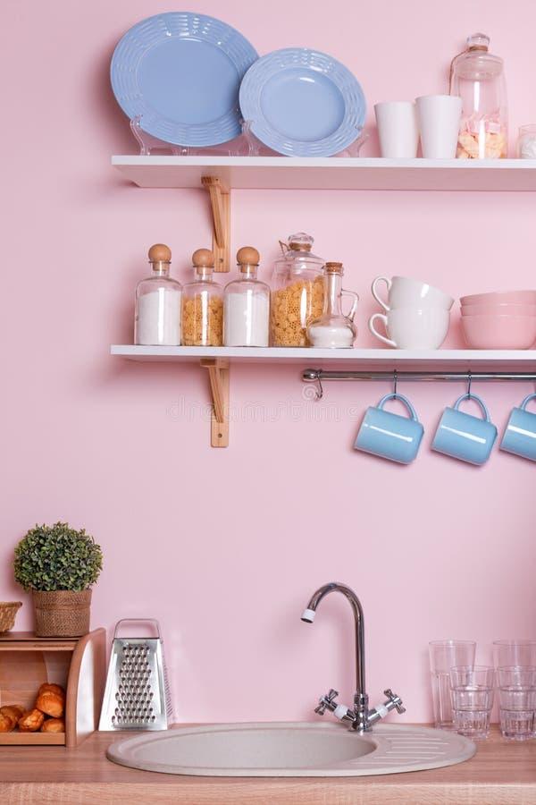 Różowy i błękitny pastelowy nowożytny kuchenny wnętrze Kuchenni akcesoria, zbiorniki z zbożami, naczynia i obwieszenia błękita fi obraz royalty free