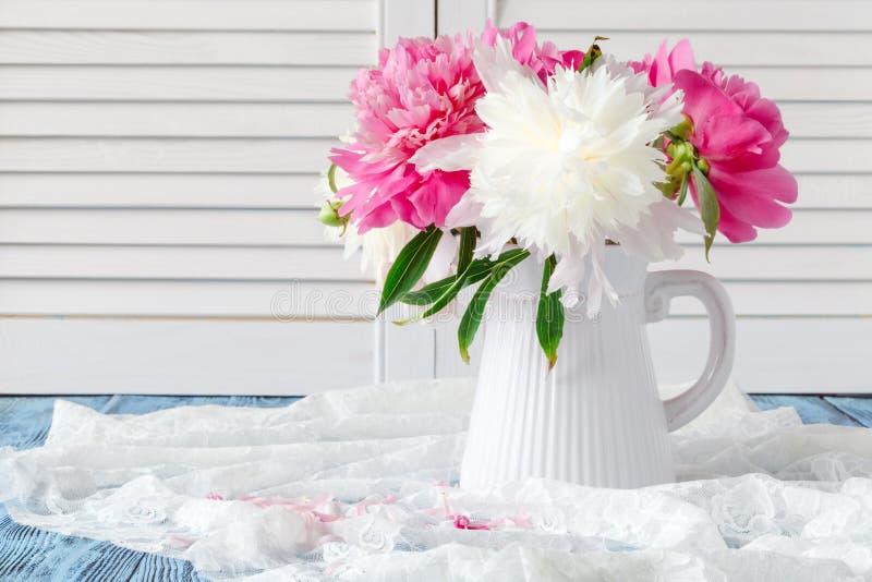 Różowy i biały peoni wciąż życie obraz royalty free