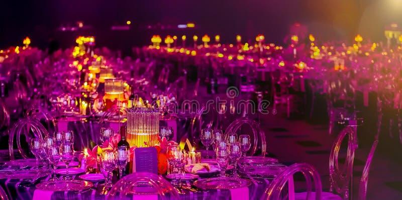 Różowy i Purpurowy Bożenarodzeniowy wystrój dla Galowego gościa restauracji lub zdjęcia stock