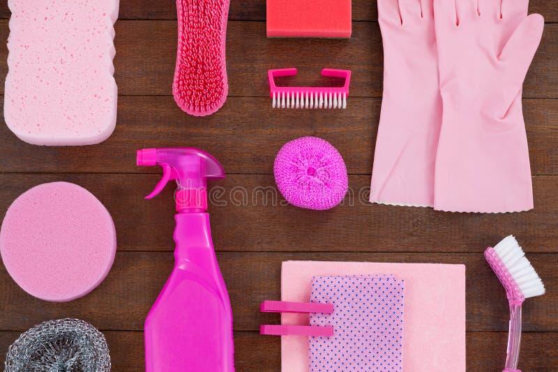 Różowy koloru cleaning wyposażenie układał na drewnianej podłoga zdjęcia royalty free