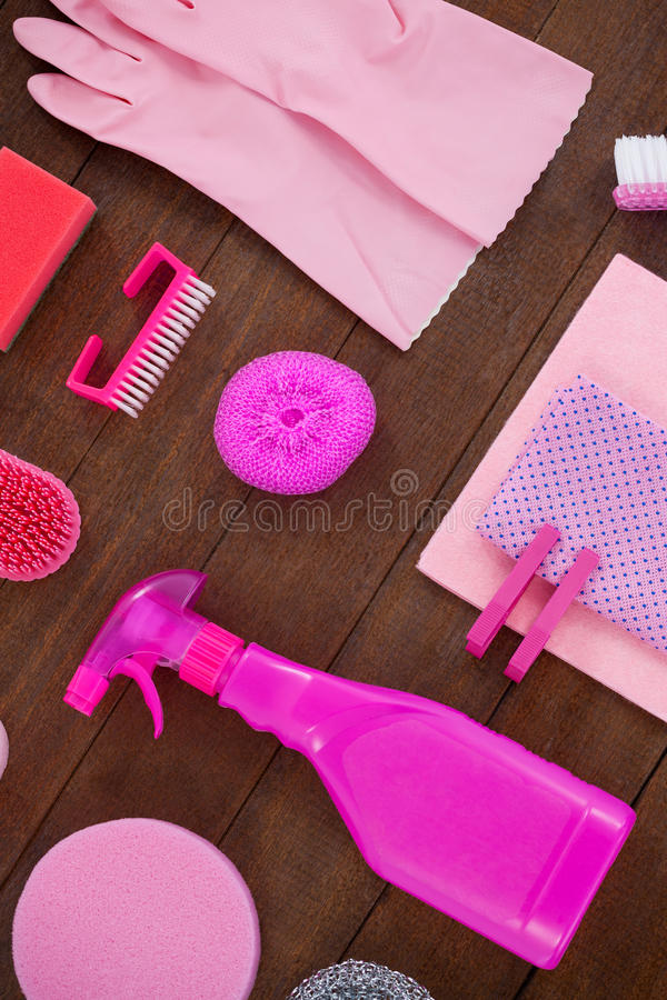 Różowy koloru cleaning wyposażenie układał na drewnianej podłoga obrazy stock