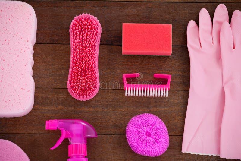 Różowy koloru cleaning wyposażenie układał na drewnianej podłoga fotografia stock