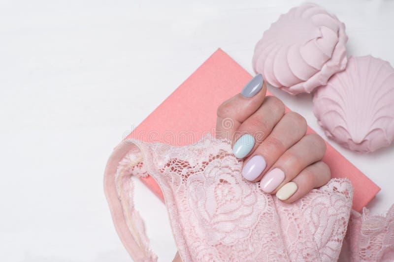 Różowy koronkowy stanik w żeńskiej ręce Delikatny manicure Zakończenie obraz royalty free
