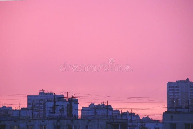 Różowy miasto zmierzch po burz dzisiaj wieczór zdjęcia royalty free
