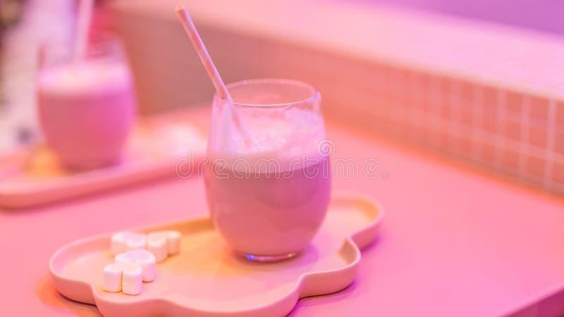 Różowy milkshake, sieci osobistości mleka herbaty sklep fotografia royalty free