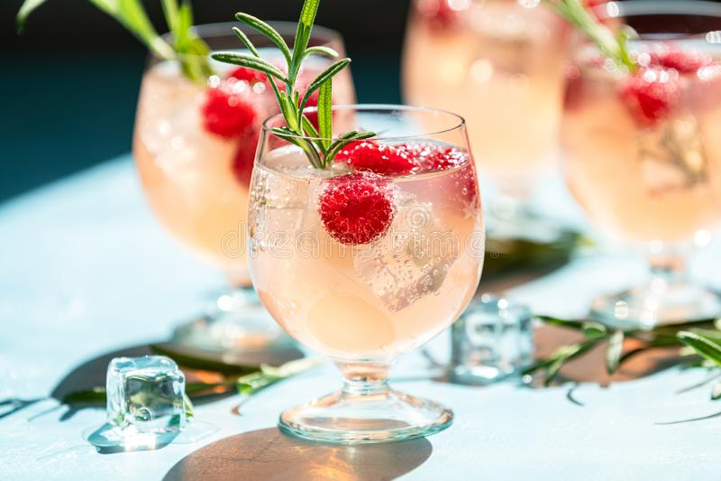 Różowy napój z lodem Lata zimna powitania koktajl zdjęcie royalty free