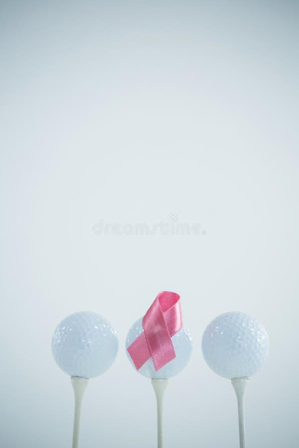 Różowy nowotworu piersi faborek na piłce golfowej zdjęcia royalty free
