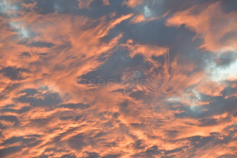 Różowy ogień w w niebo zmierzchu cloudscape fotografia stock