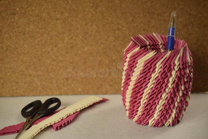Różowy origami pióra właściciel obraz stock