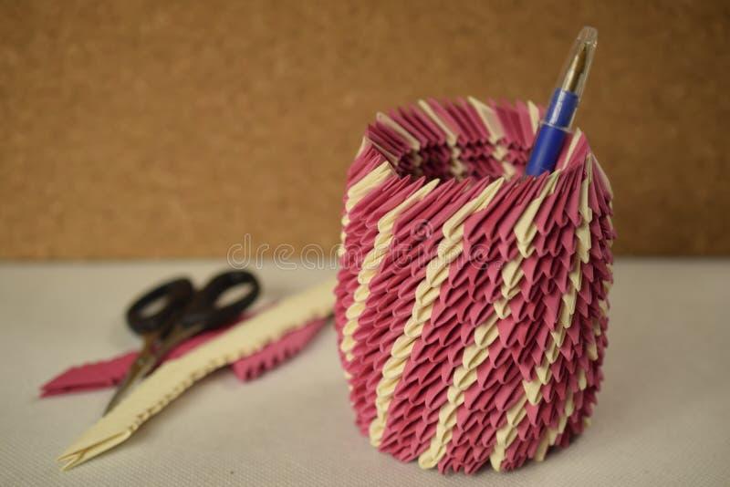 Różowy origami pióra właściciel fotografia royalty free