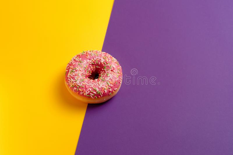 Różowy pączek na kolorze żółtym i fiołek głęboki - purpurowa tło odgórnego widoku kopii przestrzeń zdjęcie stock