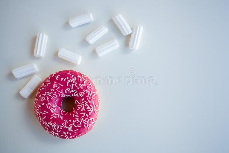 Różowy pączek z marshmallow zdjęcia royalty free