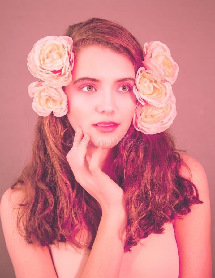 Różowy portret dziewczyny z kwiatami we włosach zdjęcia royalty free