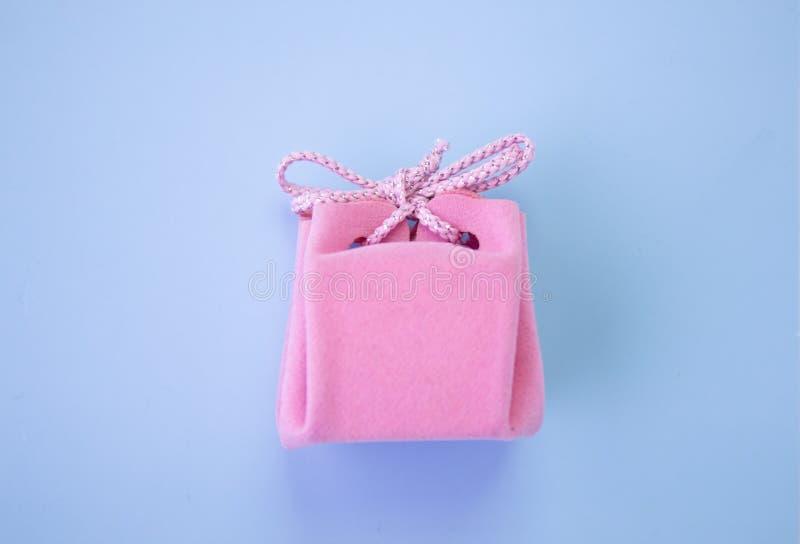 R??owy prezenta pude?ko na b??kitnym tle Kolorowy wakacyjny prezent Odg?rny widok fotografia stock