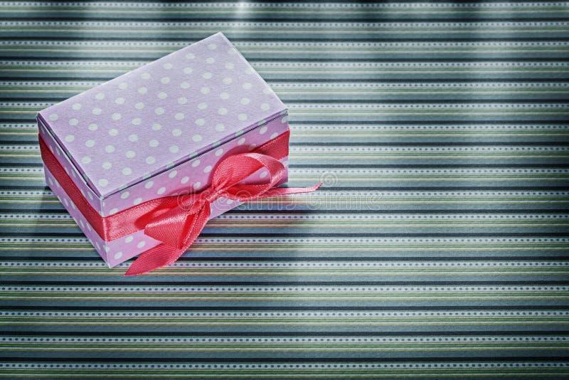 Różowy prezenta pudełko na stripy tkanin świętowań pojęciu zdjęcie royalty free