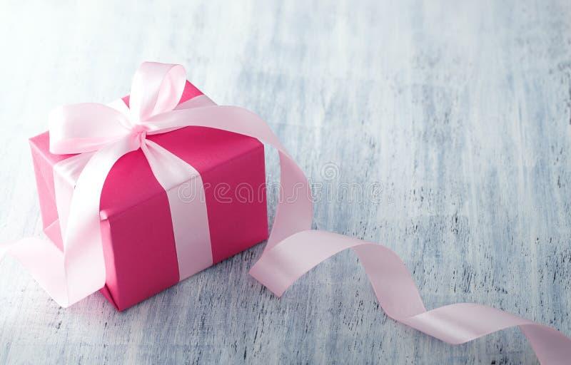 Różowy prezenta pudełko z faborkiem obraz stock