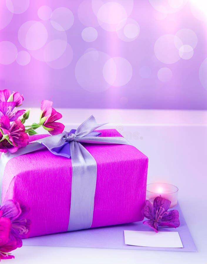 Różowy prezenta pudełko z kwiatami obraz stock