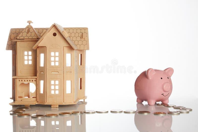 Różowy prosiątko bank, monety wlec i dom zdjęcia stock
