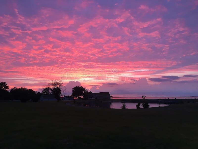 Różowy purpurowy zmierzch na jeziorze zdjęcie stock