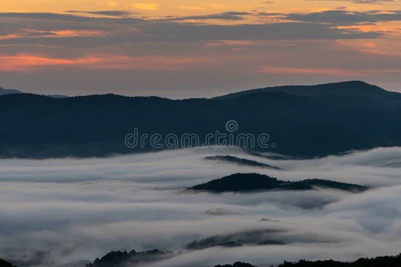 Różowy ranku światło w niebie z Halną wyspą Przez chmur obrazy stock