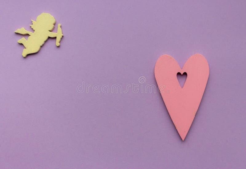 Różowy serca i koloru żółtego anioła amorek na purpurowym tle z kopii przestrzenią Poślubiać i romansowy pojęcie zdjęcia royalty free