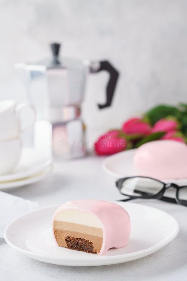 Różowy serce kształtujący mousse zasycha z czekoladowym plombowaniem obrazy royalty free