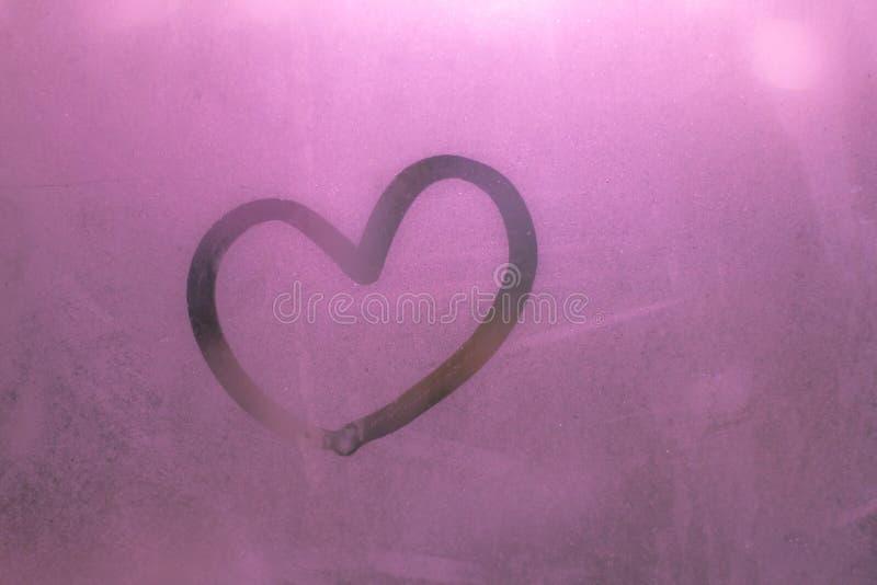 Różowy serce na szkle od wody Kierowy bokeh piękny lub Słodki w walentynki dla tła zdjęcie stock