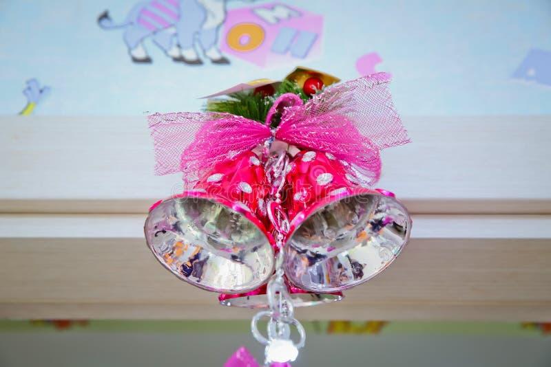 Różowy szkolny dzwon Różowy dzwon dekoruje na bożych narodzeniach zdjęcie stock