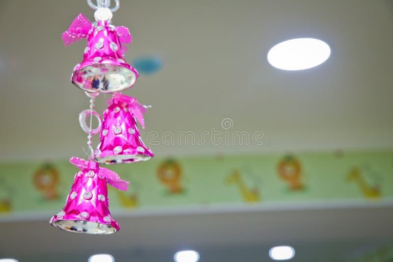 Różowy szkolny dzwon Różowy dzwon dekoruje na bożych narodzeniach fotografia stock