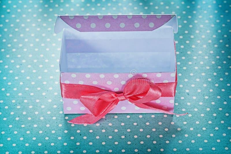 Różowy teraźniejszości pudełko na błękitnym kropki tła wakacji pojęciu obraz stock