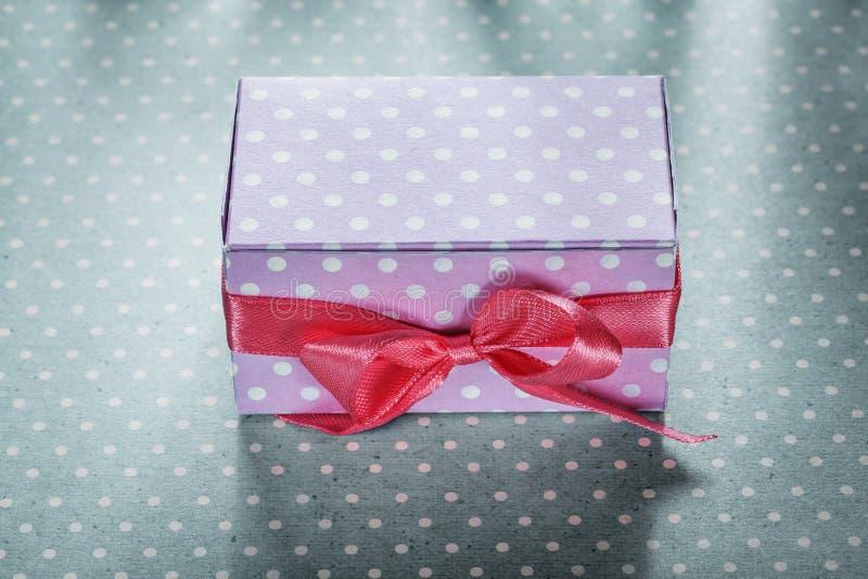 Różowy teraźniejszości pudełko na błękitnym kropki tablecloth wakacji pojęciu obrazy stock